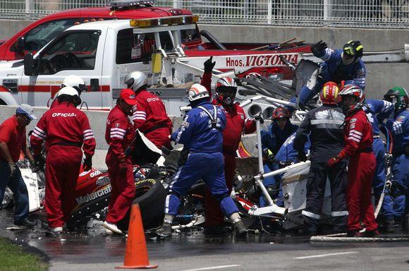 Gelbėtojai mėgina išlaisvinti C.Pardo iš automobilio likučių.