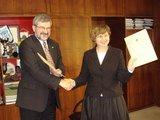 Sutartį pasirašė Klaipėdos ir Vilniaus vicemerai J.Simonavičiūtė ir G.Babravičius.
