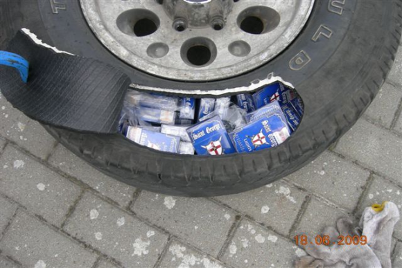 Cigaretes gabeno automobilio padangose.