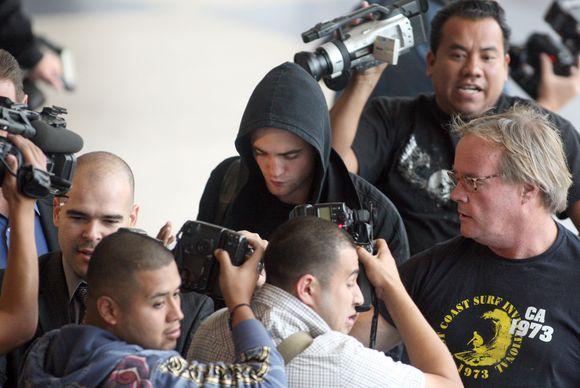 R.Pattinsonas bandė pabėgti nuo gerbėjų
