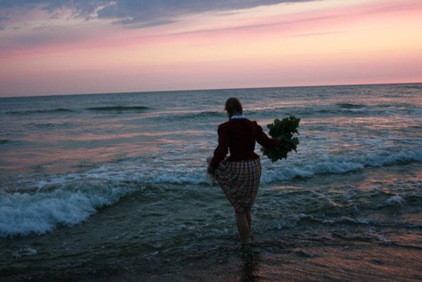 Klaipėdoje trumpiausią naktį žolynų vainikai dovanoti jūrai.