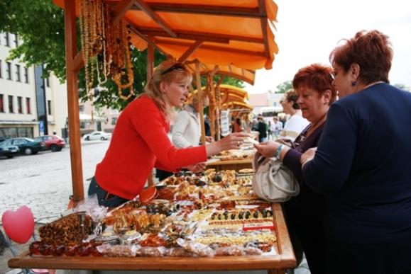 Geidžiamiausia turistų prekė - gintaras, kuriam atvykėliai negailėja ir šimtų eurų.