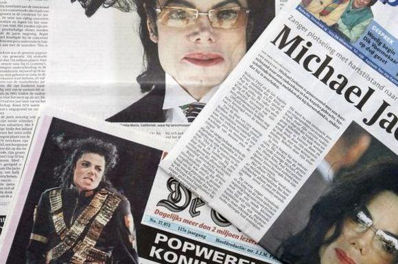 Laikraščiai, pranešantys apie Michaelo Jacksono mirtį.
