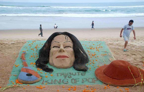 Pop legendai atminti – smėlio skulptūra.