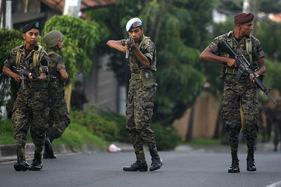 Hondūro kariai blokuoja kelius, vedančius į prezidento rezidenciją.