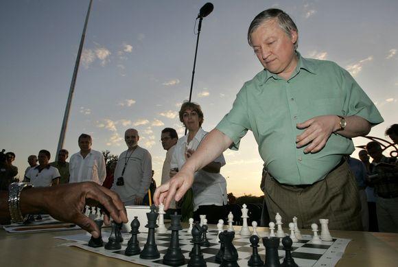 A.Karpovas žais šachmatais su kaliniais