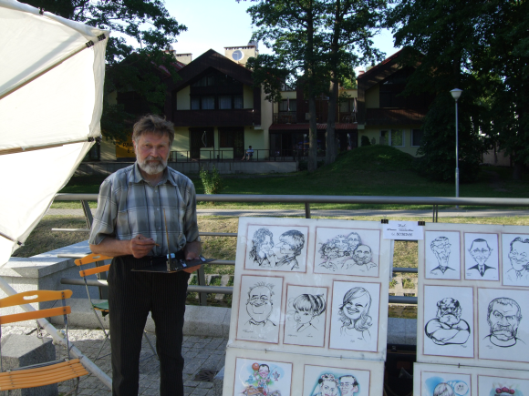Karikatūrininkas Z.Tarakevičius piešia poilsiautojus, norinčius turėti savo šaržą.