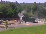 Eriko Ovčarenko/15min.lt nuotr./Degantis konteineris ir ugniagesiai prie jo
