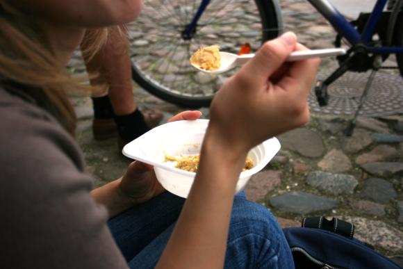 Socialiai remtiniems klaipėdiečiams siūloma dalinti nemokamus pietus, pagamintus iš pigesnių produktų.