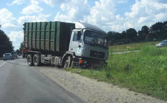 Ant asfalto liko ilgos sunkvežimio stabdymo žymės.