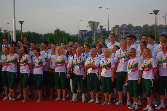 Sportininkai Belgrade gieda himną.