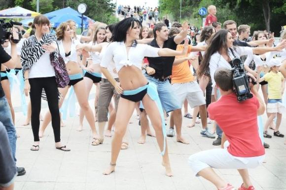 """""""Tina dance"""" šokėjos Palangoje filmavosi klipui."""