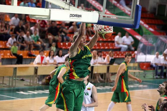 Kauno sporto halėje vyko draugiškos vyrų krepšinio rungtynės. Savo jėgas išbandė Ramūno Butauto treniruojama Lietuvos nacionalinė vyrų krepšinio rinktinė ir Europos čempionatui besirengianti 20-mečių rinktinė