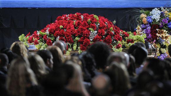 Karstas buvo papuoštas raudonomis rožėmis.
