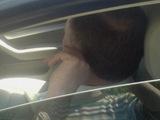 """Aurimo Š./15min.lt skaitytojo nuotr./Sustojęs prie Seimo ant šaligatvio, """"Audi"""" vairuotojas netroško fotografuotis."""