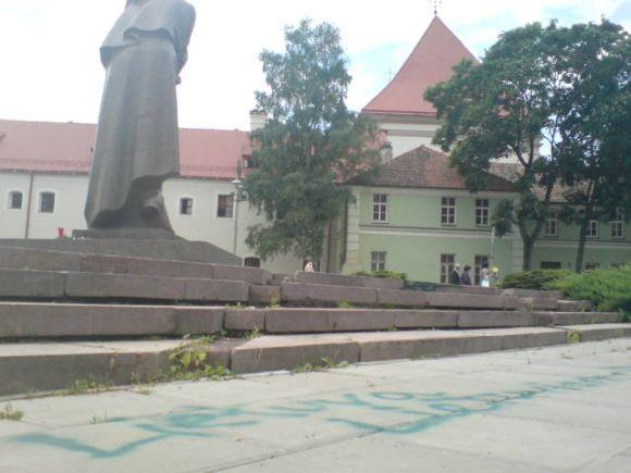 Užrašas prie paminklo A.Mickevičiui