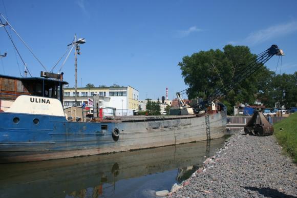 Povandeninis dugno gruntas jį iškasus laivo 'Ulina' kaušu per pietų pertrauką buvo perpilamas už kelių metrų atgal į vandenį nors turėjo būti išvežamas į specialų grunto sąva.