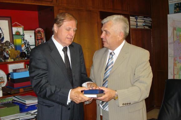 JAV Klivlendo miesto lietuvių bendruomenės atstovas V.Stankus Klaipėdos merui R.Taraškevičiui atvežė netikėtą pasiūlymą.