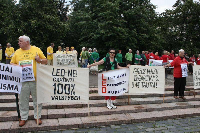 Prie Seimo ketvirtadienį rinkosi protestuotojai, pasisakantys už tai, kad būtų nutraukta LEO LT veikla.