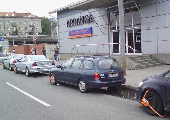 Šių keturių automobilių vairuotojai pažeidė kelio ženklo reikalavimus ir net nemanė susimokėti už stovėjimą.