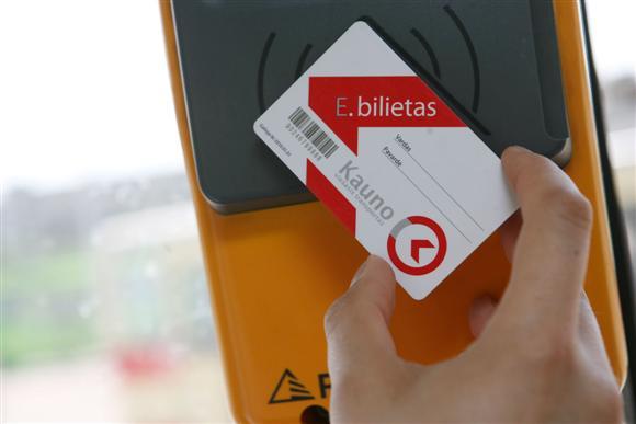 Įsigyti bei pasipildyti elektroninius bilietas galima ne tik internetu – tai galima padaryti spaudos kioskuose bei prekybos centruose, pažymėtuose specialiu Kauno viešojo transporto logotipu.
