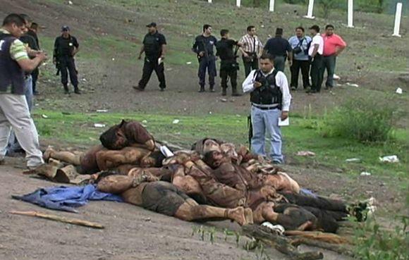 Per pasalą mafijos nužudytų federalinių agentų palaikai su kankinimų žymėmis buvo suversti į krūva dykroje prie kelio.