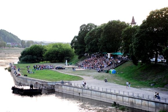 """Projekto """"Kinas mieste, miestas kine"""" filmai Kaune rodomi vasaros amfiteatre prie Nemuno krantinės."""