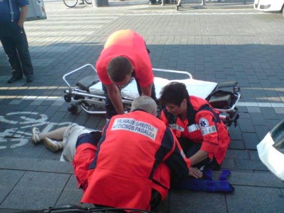 15min.lt skaitytojos nuotr./Mopedo parblokatai moteriai suteikiama pagalba