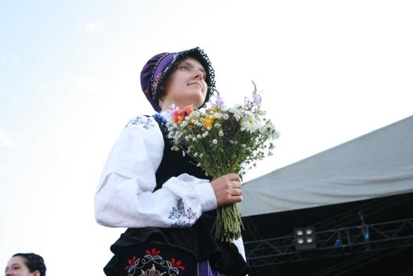 Mergina demonstruoja tautinį kostiumą, būdingą Mažajai Lietuvai.