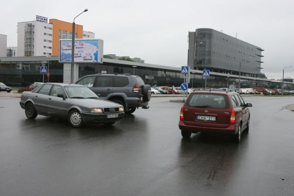 Šviesoforo J.Kubiliaus ir P.Lukšio gatvių sankryžoje vairuotojams teks palaukti – jam įrengti trūksta pinigų.