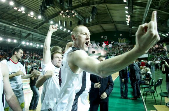 Už šį gestą ir kitus veiksmus D.Zavackas buvo nubaustas 1 tūkst. Lt dydžio bauda. Tuo tarpu už viešai išsakytas skandalingas mintis krepšininkas atsakomybės išvengė.
