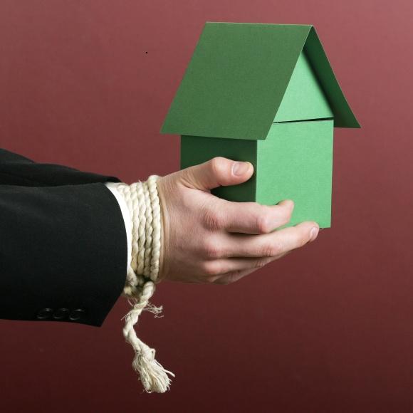 Bankų atstovų teigimu, perimti turtą iš nemokių klientų neapsimoka, nes neretai į jį tektų papildomai investuoti.