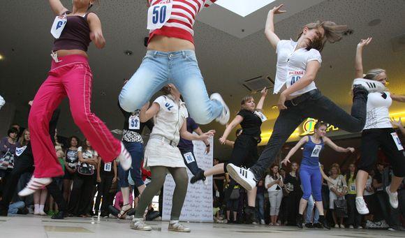 Mėgėjai bandė pakartoti Vytauto Šapranausko parodytus šokių judesius.