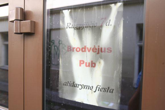 """Penktadienį turėjęs atidaryti klubas """"Brodvėjus Pub"""" vakar vėl buvo nuniokotas ugnies."""