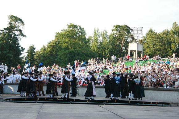 Žaliais dažais svečiai ir žiūrovai išsitepė prisėdę ant suolelių Vasaros estradoje.
