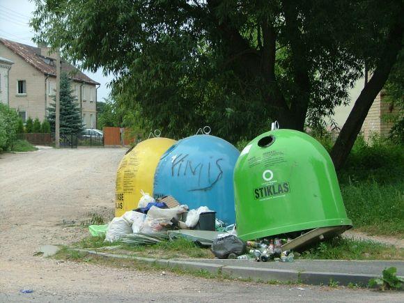 Amalių gyventojus piktina seniūnijos pastatyti konteineriai, kurie nėra reguliariai ištuštinami.