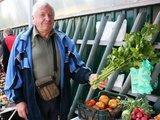 J.Andriejauskaitės nuotr. /kretingiškis Stanislovas Palangoje prekiauja savo sodo gėrybėm.