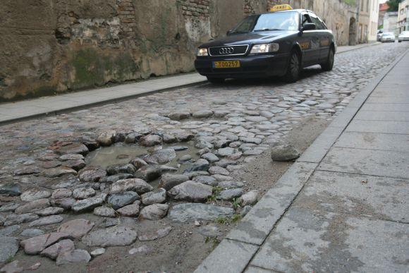 Savivaldybė žada dar šią savaitę sutvarkyti Bokšto gatvės grindinį.