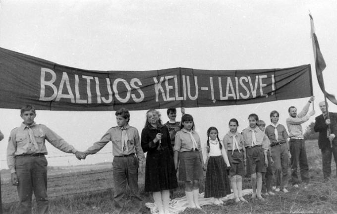 Viktoro Kapočiaus/LRS archyvo nuotr./Lietuvos skautai Baltijos kelyje ties Vilniumi.