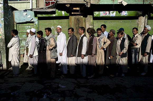 Afganistaniečiai stovi eilėje prie balsavimo apylinkės