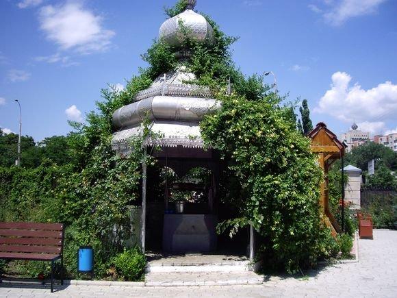 15min.lt skaitytojos Danguolės Imbrasaitės nuotr./Moldovoje šuliniai yra pavėsinėse už kiemo tvoros, kad pakeleivis galėtų atsigerti vandens. Aš juokavau, kad jei nerasim nakvynės, tai galėsim šalia šulinio pernakvoti, juk stogas yra.