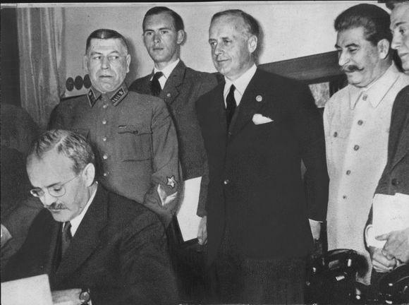 Akimirka iš pakto pasirašymo