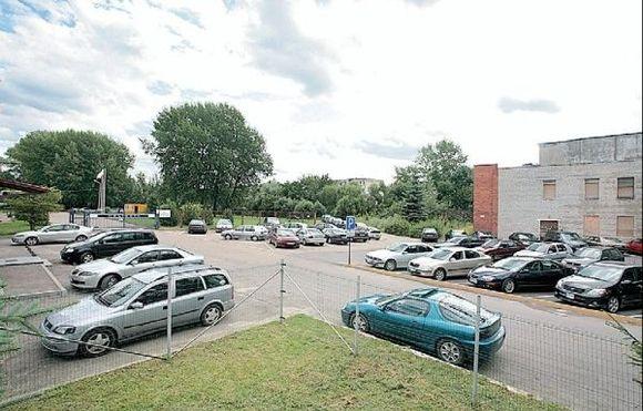 Šią darbuotojų automobiliams skirtą aikštelę kaip Lakūnų plento dalį Kauno miesto savivaldybė užregistravo savo vardu.