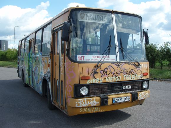 """Senasis """"Ikarus"""" į Kauno gatves išriedėjo tik vienai dienai - kol vyko troleibusų vairuotojų streikas."""