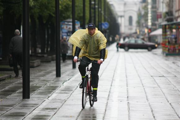 """Praėjusiais metais """"dienos be automobilio"""" metu atvykti į darbą su dviračiais ar viešuoju transportu buvo raginami savivaldybės darbuotojai."""
