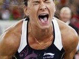 """""""Reuters""""/""""Scanpix"""" nuotr./Penktadienį Šveicarijoje vykusio penktojo Tarptautinės lengvosios atletikos federacijos (IAAF) """"Aukso lygos"""" varžybų etapo moterų šuolių su kartimi rungtyje rusė Jelena Isinbajeva 1 cm pagerino sau pačiai priklausiusį pasaulio rekordą."""