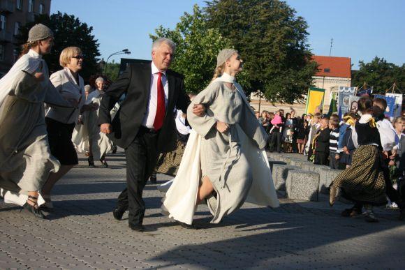 Liaudies šokį linksmai nusiteikęs sušoko ir meras.