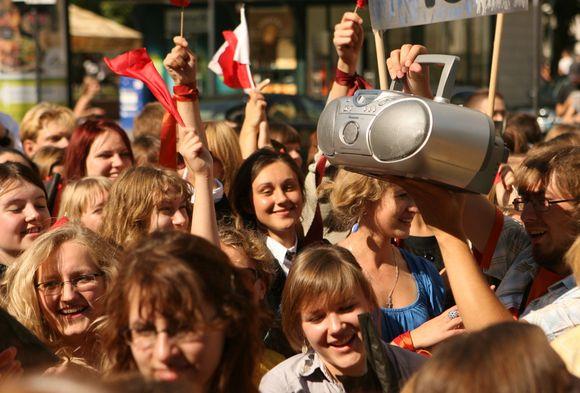 Vilniaus universiteto dėstytojai ir studentai iš Vinco Kudirkos aikštės Gedimino prospektu žygiavo  į universiteto centrinius rūmus.