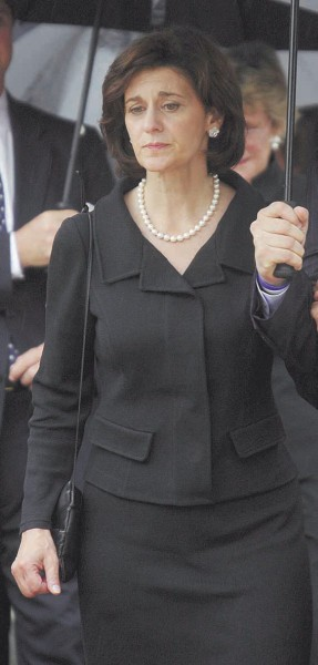 Apie savo planus V.R.Kennedy kol kas nekalba. Ji gedi praėjusią savaitę mirusio vyro.