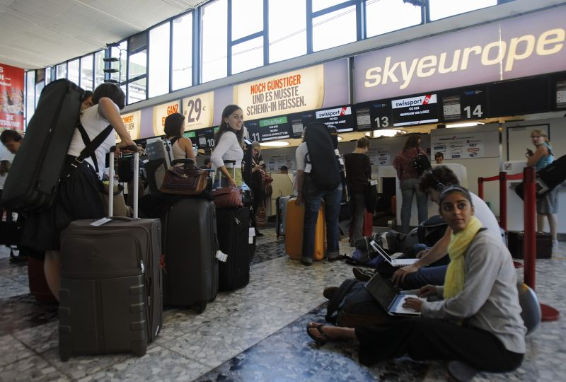 """""""SkyEurope"""" atšaukus visus skrydžius Europoje, kitų oro linijų skrydžio keleiviai laukia kaip išsigelbėjimo."""